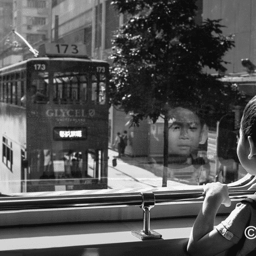 Magnifique photo Fleye d'un enfant qui regarde le tramway de Hong Kong- Fleye Photography