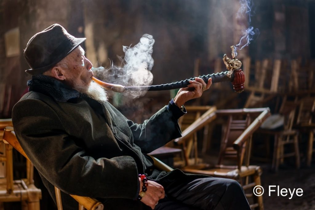 Magnifique photo Fleye d'un homme qui fume en Chine - Fleye Photography